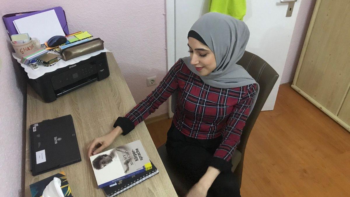 Ghaya Ramadan in ihrem Zimmer in Eggenfelden