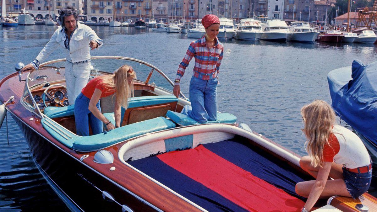 Penibler Playboy auf einem Boot