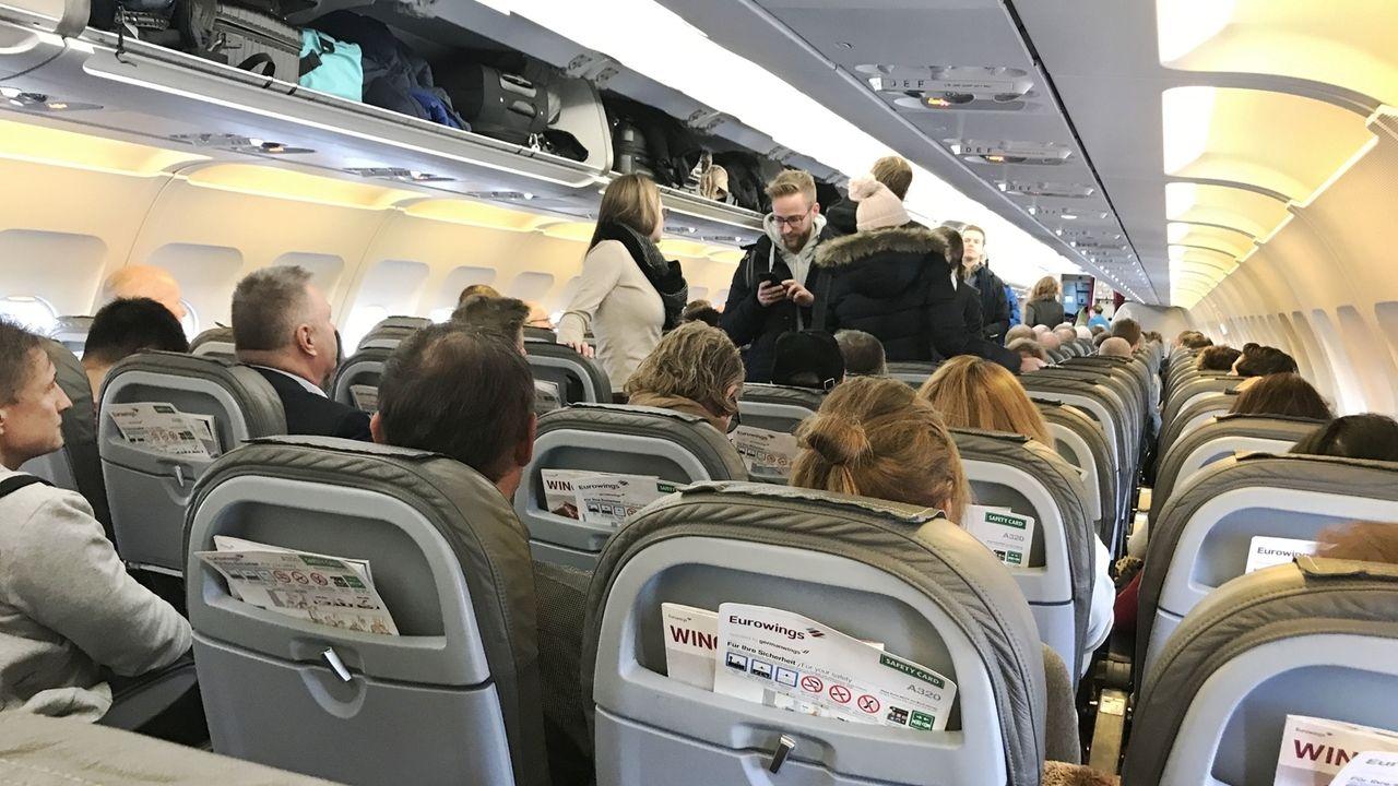 Flugzeugkabine: Passagieren beim Einsteigen in ein Flugzeug.
