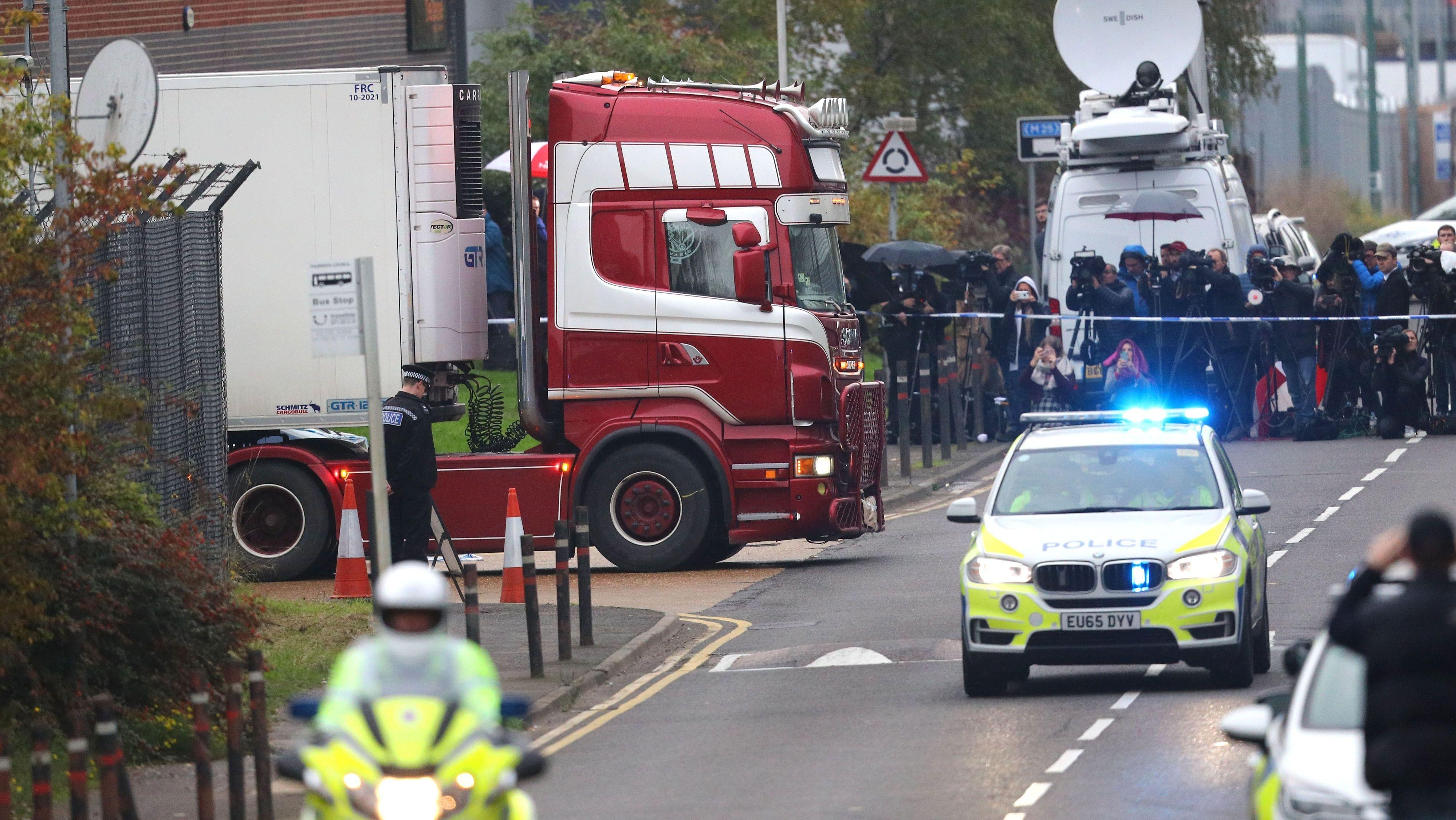 Der Lkw, in dem 39 Tote gefunden worden, wird von der Polizei eskortiert