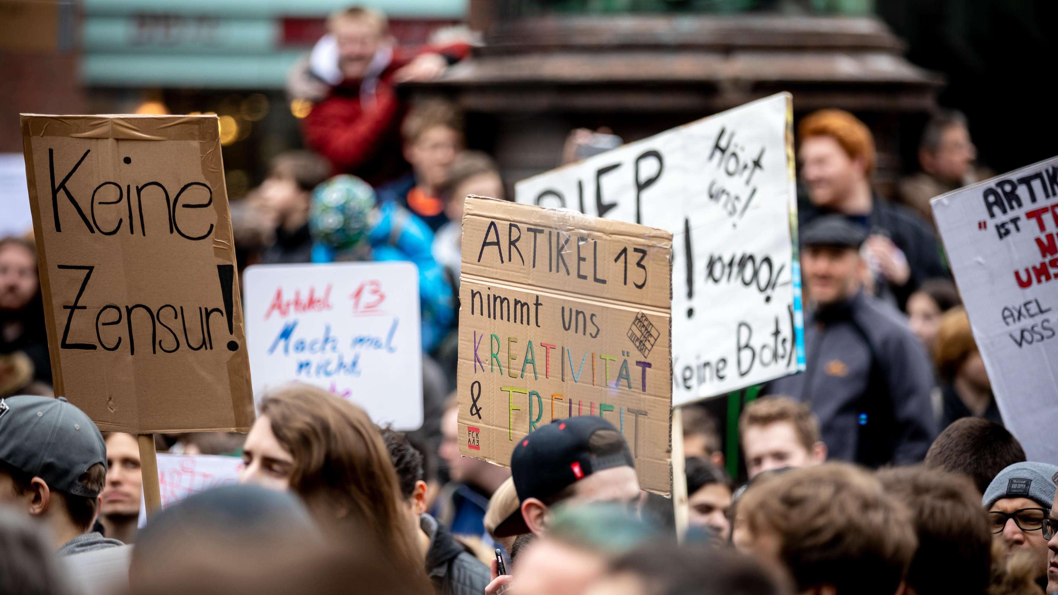 Junge Menschen protestieren in Hamburg gegen die Urheberrechtsreform