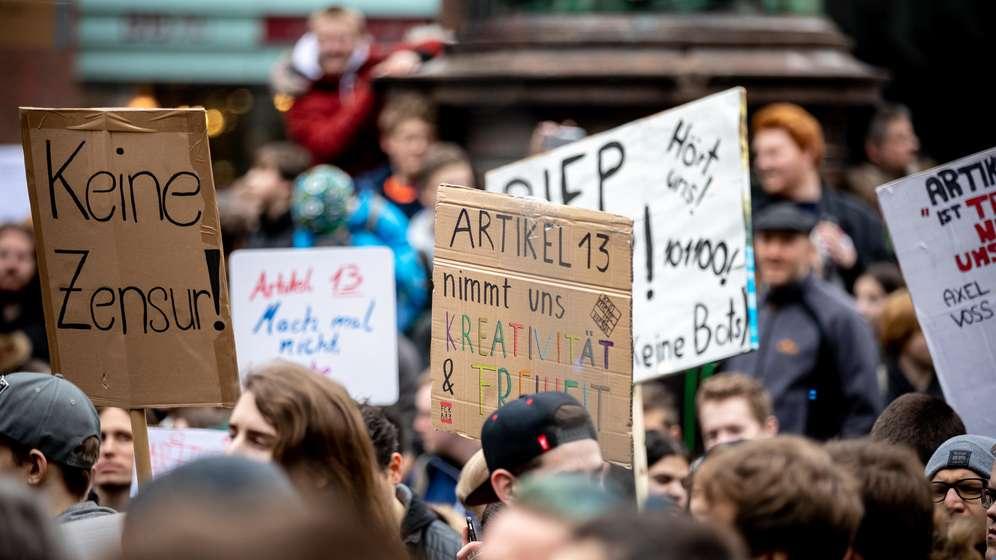 Junge Menschen protestieren in Hamburg gegen die Urheberrechtsreform | Bild:picture alliance/xim.gs