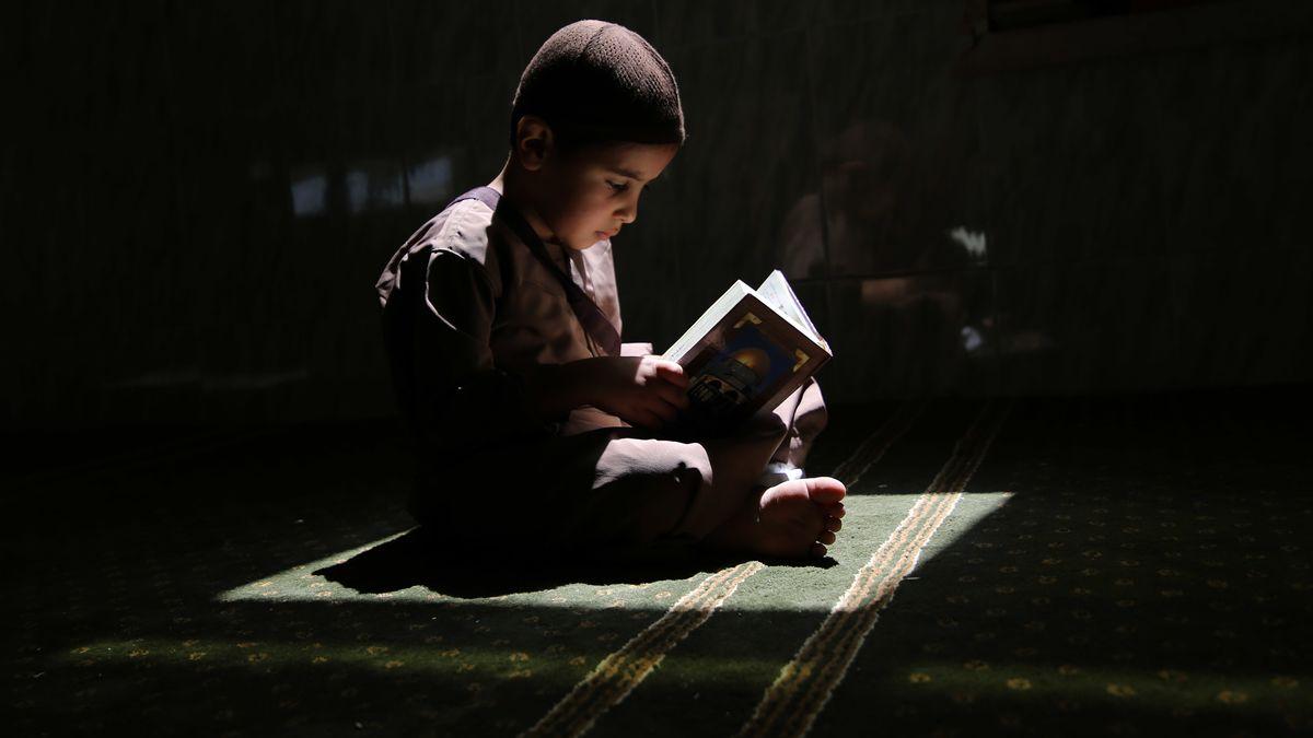 In einer Moschee im Gazastreifen liest ein palästinensischer Junge im Koran (Symbolbild)