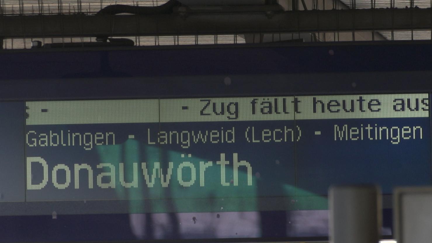 Anzeigetafel am Gleis am Augsburger Hauptbahnhof