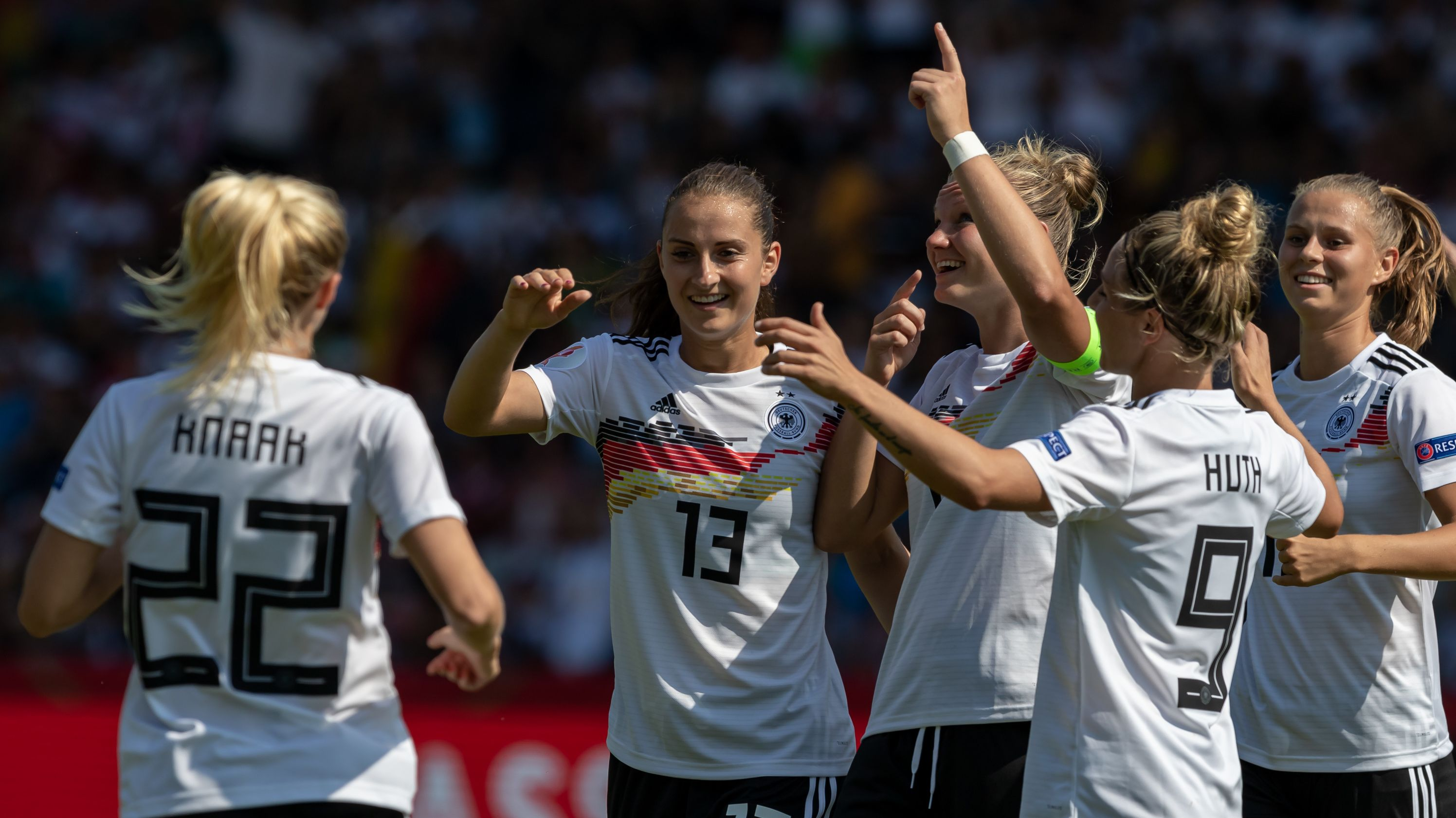 Deutsche Fußball-Nationalspielerinnen jubeln über ein Tor gegen Montenegro