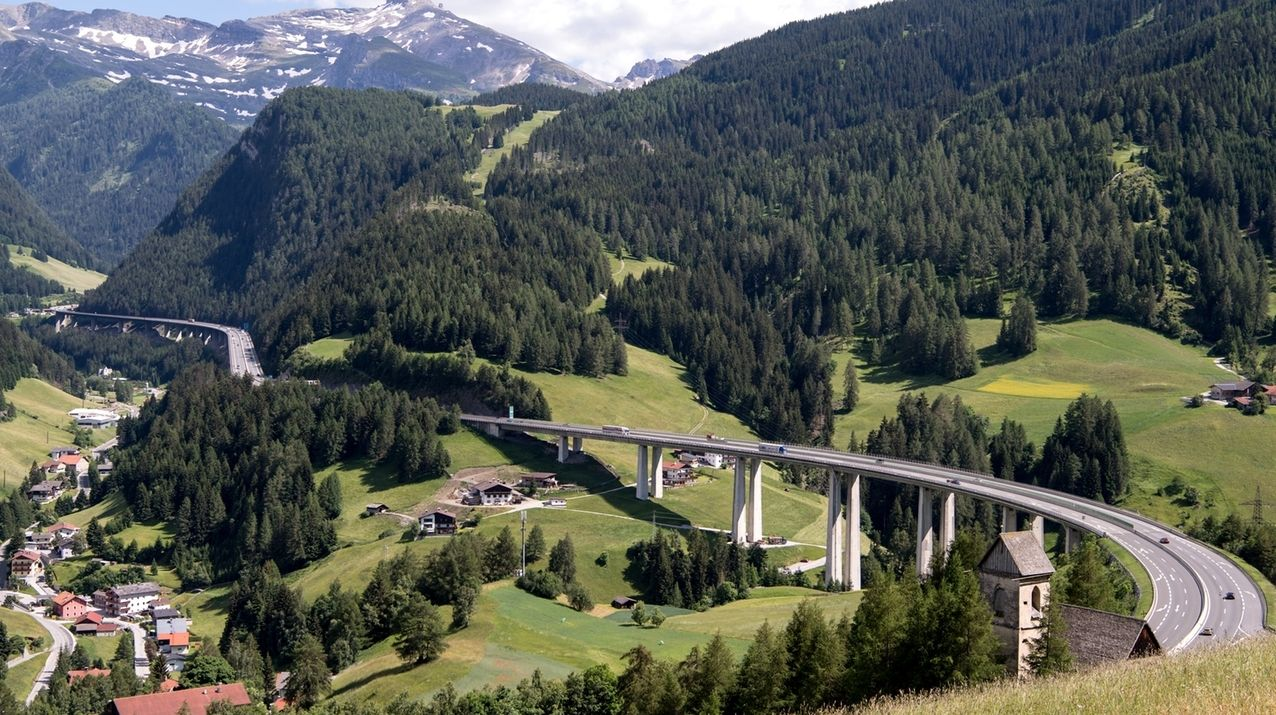 Autos und LKW fahren über den Brenner (Autobahn A13).