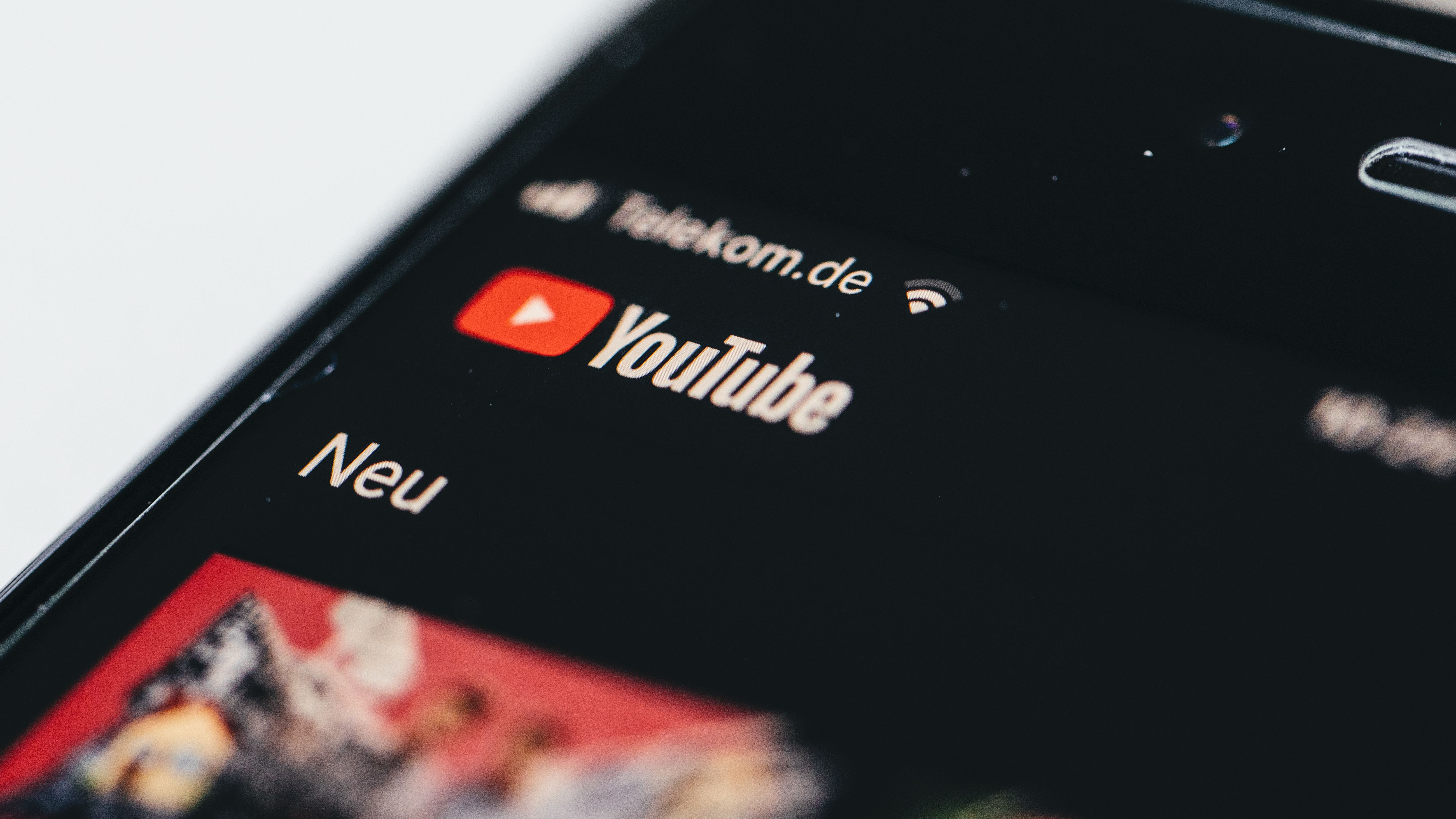 Ein Smartphone mit geöffneter Youtube-App