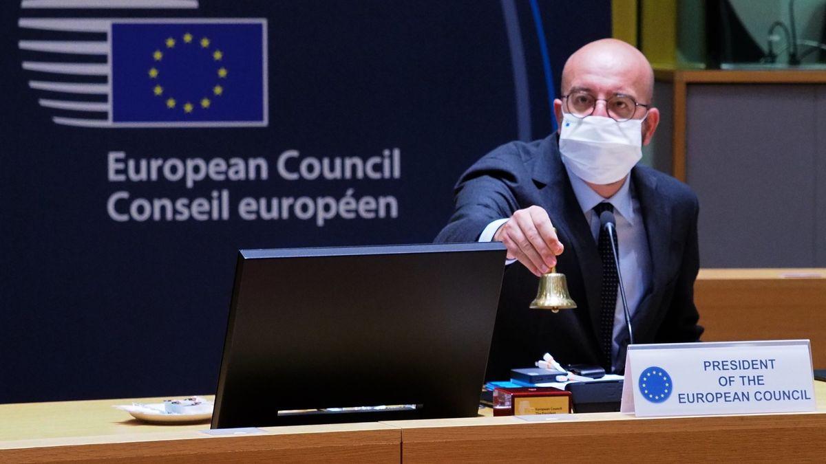 Charles Michel, Präsident des Europäischen Rates, läutet eine Glocke vor Beginn eines  Runden Tisches am zweiten Tag des EU-Sondergipfels.