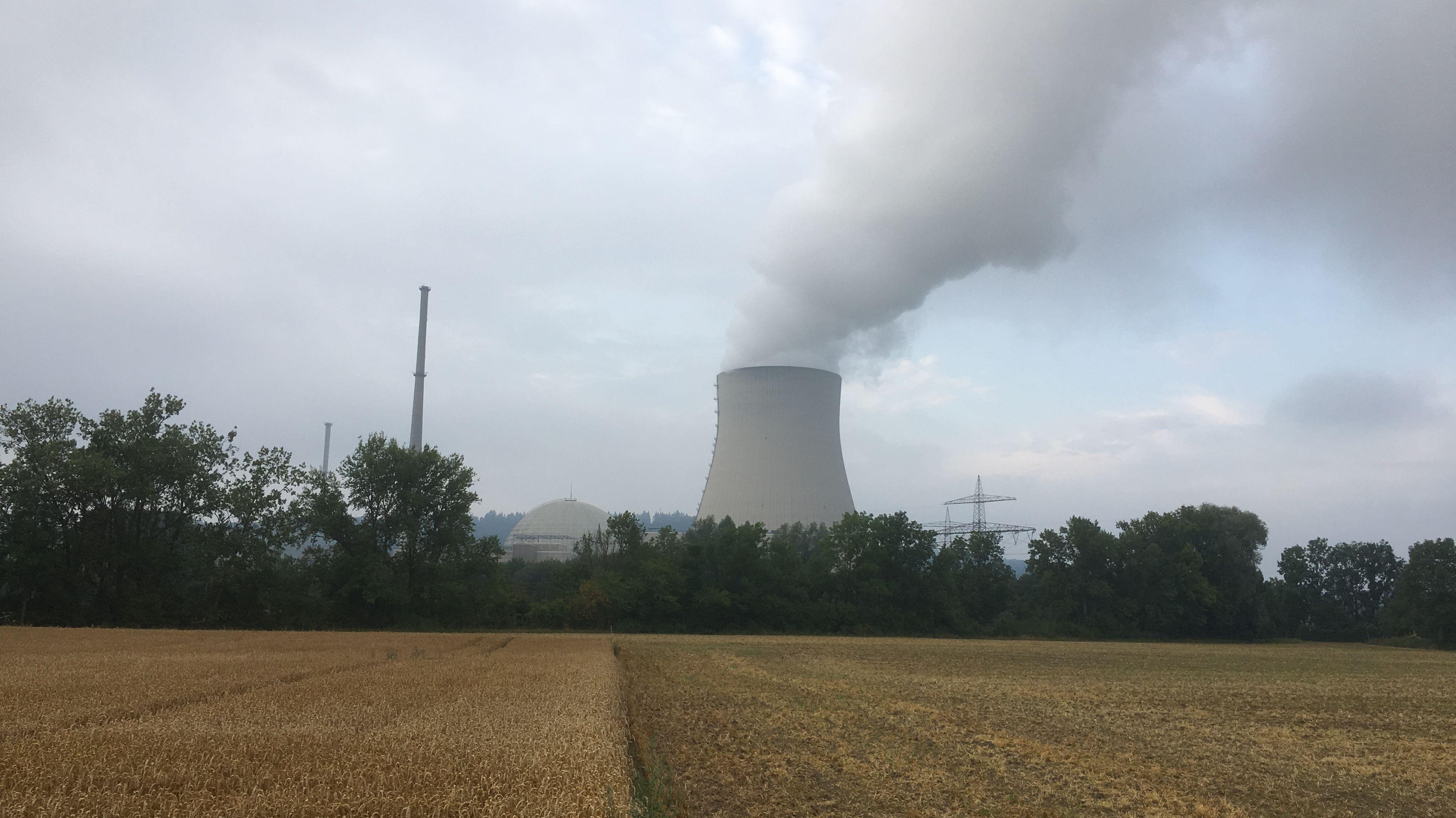Seit dem Wochenende steigt wieder Dampf aus dem Kernkraftwerk Isar 2 auf - die Revisionsarbeiten sind abgeschlossen