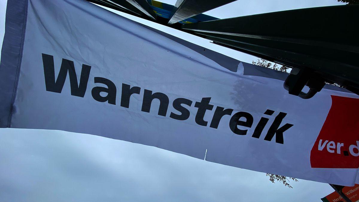 """Verdi-Flagge mit dem Schriftzug """"Warnstreik"""""""