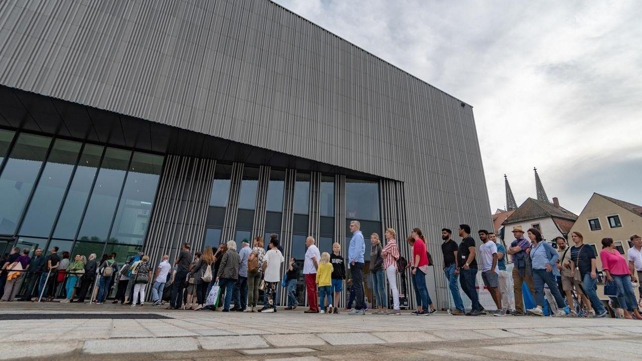 Besucherschlange vor dem Museum der Bayerischen Geschichte in Regensburg