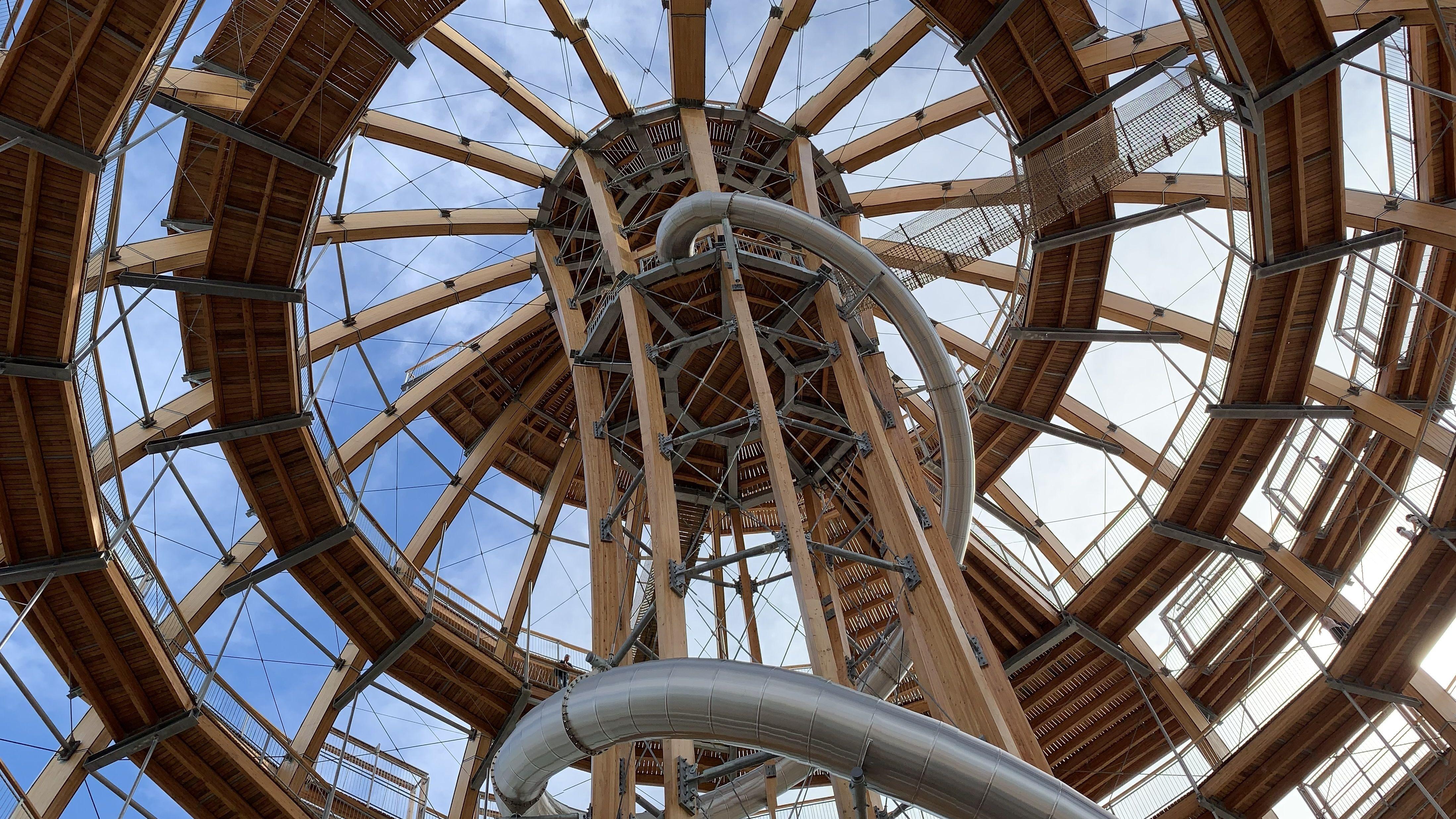 Auf einer rund 700 Meter langen Holzspirale können Besucher auf 40 Meter Höhe steigen und einen 360-Grad-Panoramablick genießen.