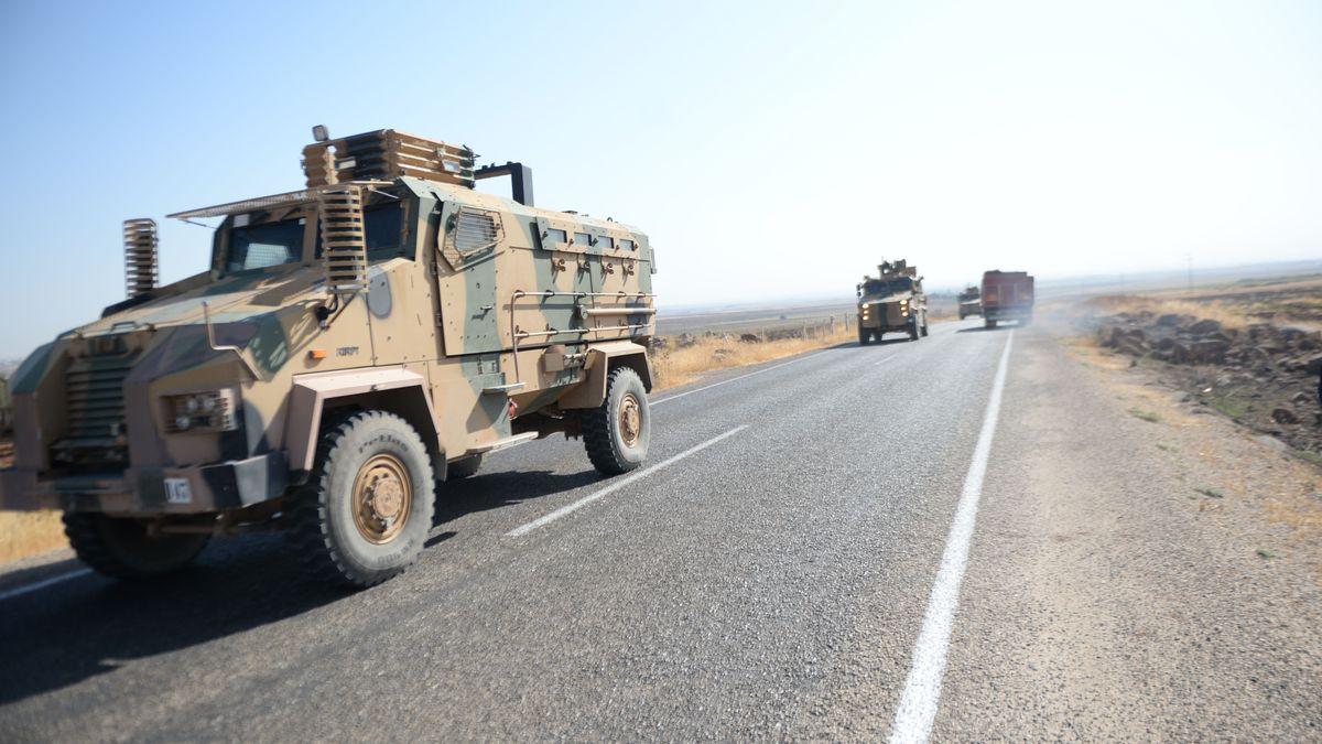 Türkische Militärwagen auf dem Weg zur syrischen Grenze.