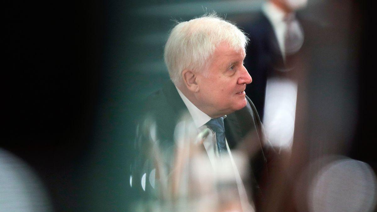 21.10.2020, Berlin: Bundesinnenminister Horst Seehofer (CSU) nimmt an einer Sitzung des Bundeskabinetts im Kanzleramt teil.