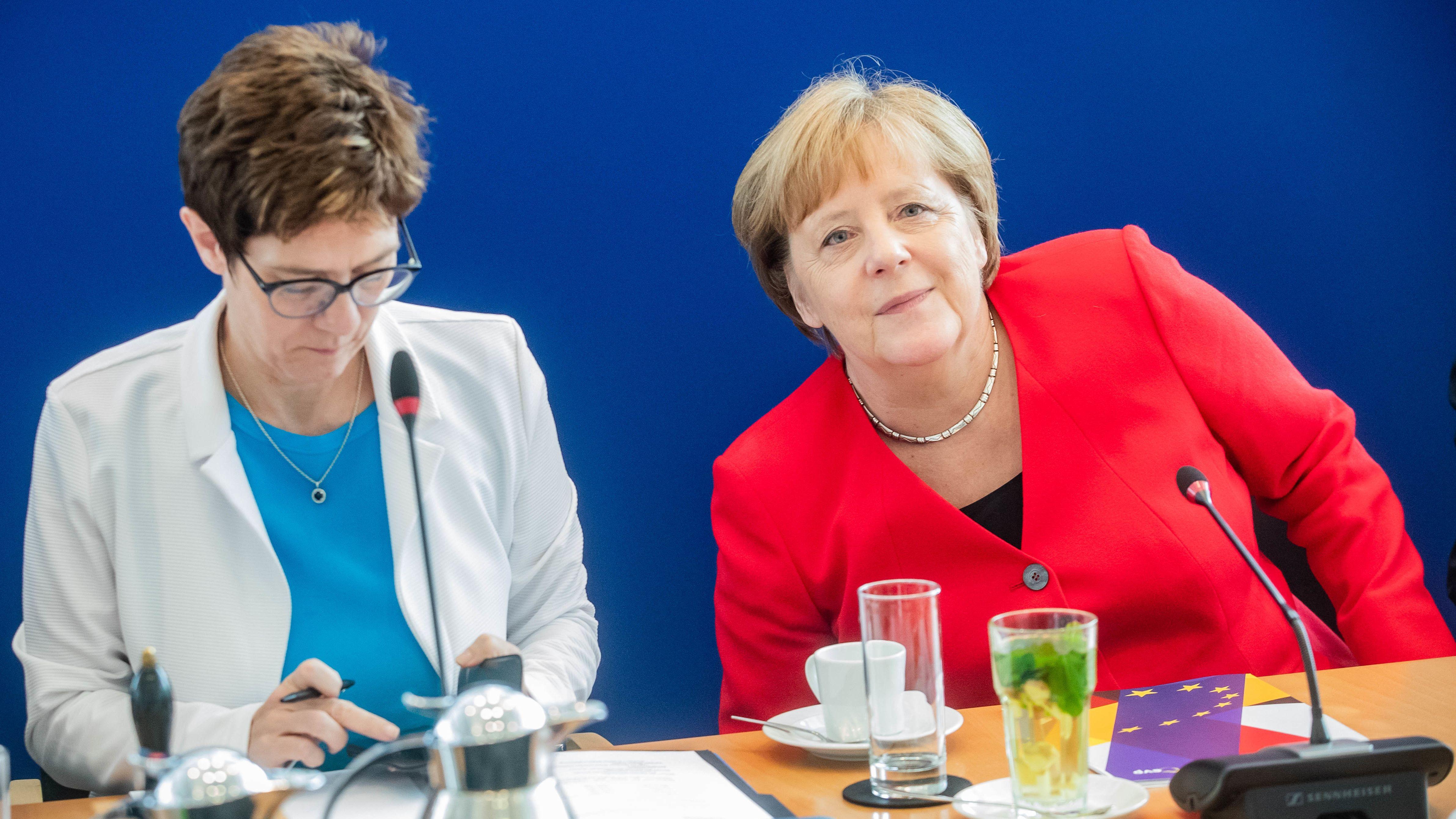 Annegret Kramp-Karrenbauer (l), Bundesvorsitzende der CDU, sitzt am Tag nach der Europawahl neben Bundeskanzlerin Angela Merkel (CDU).