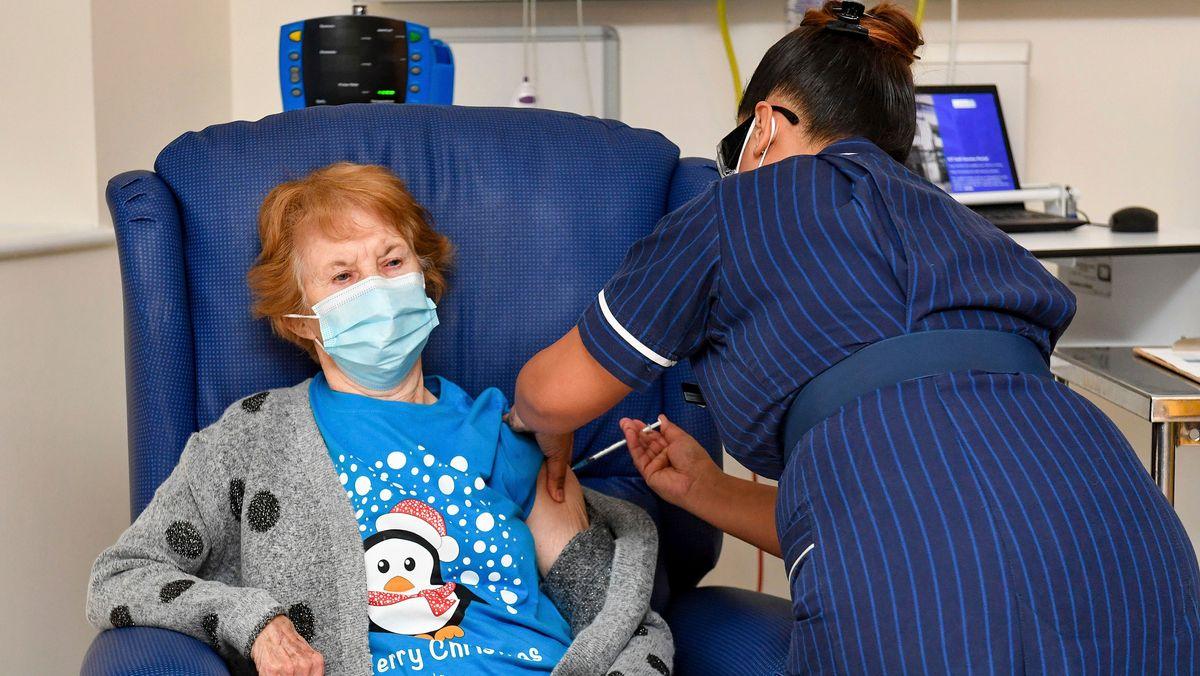 Die 90-jährige Margaret Keenan erhält als erste Britin den Impfstoff von Biontech-Pfizer