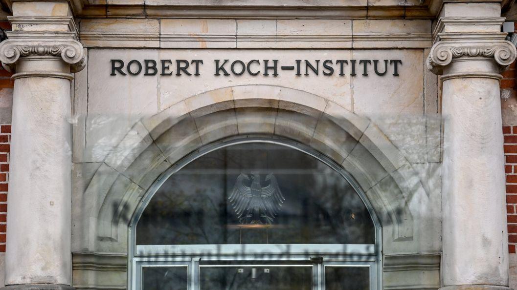 Schriftzug des Robert Koch-Instituts am Hauptsitz der Bundesoberbehörde für Gesundheitspflege
