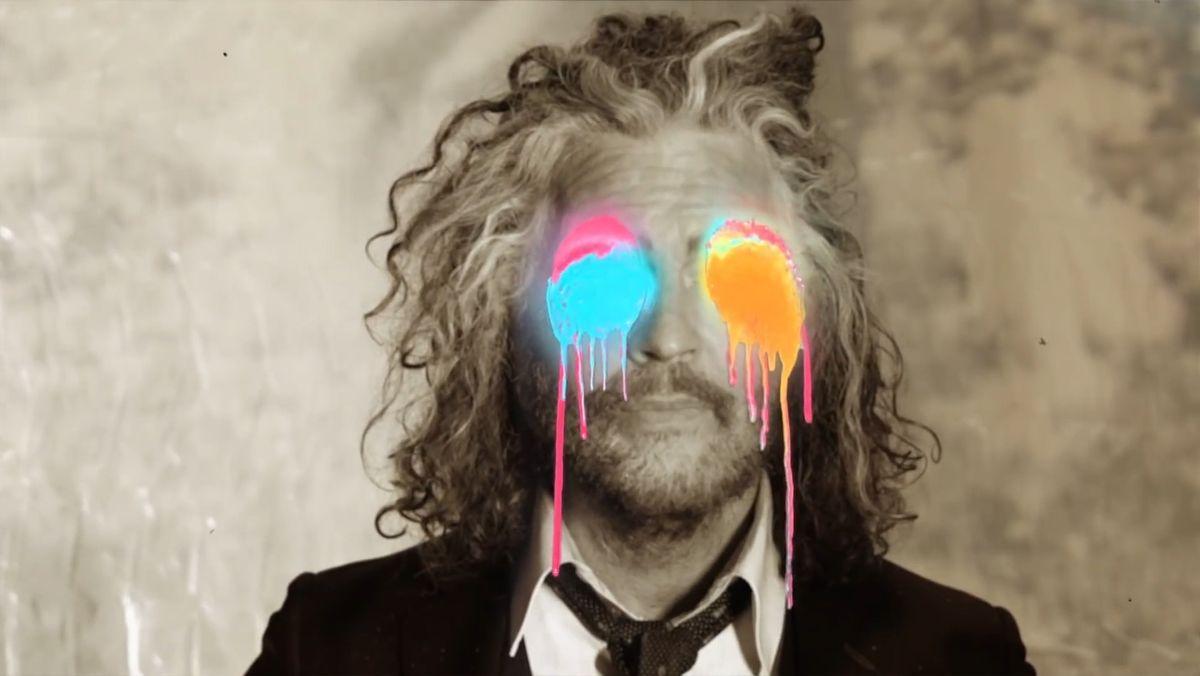 Porträt Frontmann Wayne Coyne mit Farbklecksen statt Augen