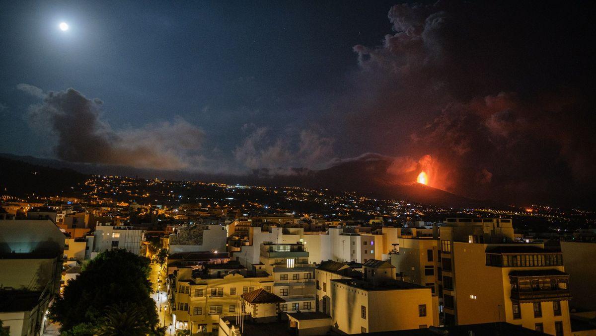 Angesichts der Aschewolken durch die Eruption des Vulkans Cumbre Vieja ist der Betrieb am Flughafen auf der Kanaren-Insel La Palma eingestellt worden.