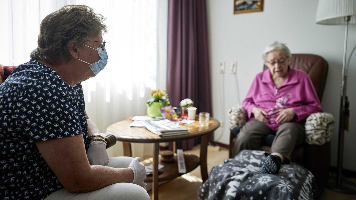 Bewohnerin eines Altenheims mit Besuch (Symbolbild)
