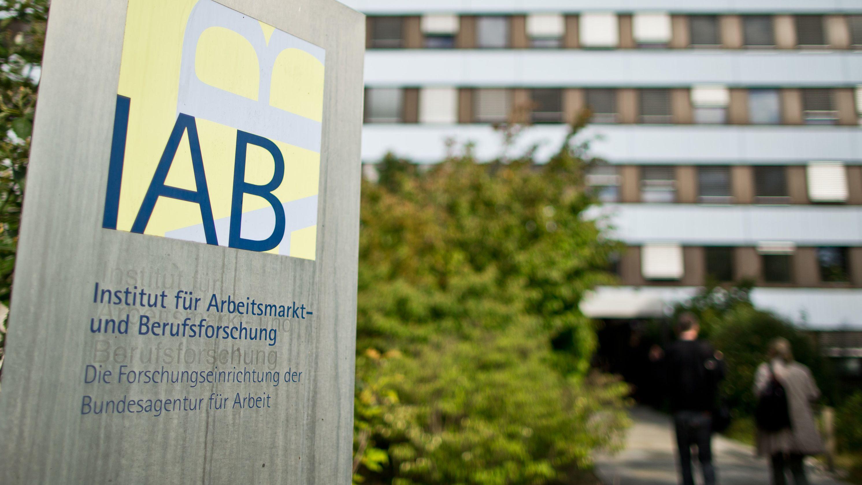 """""""IAB - Institut für Arbeitsmarkt- und Berufsforschung"""" ist auf einem Schild vor dem Gebäude der Behörde zu lesen"""