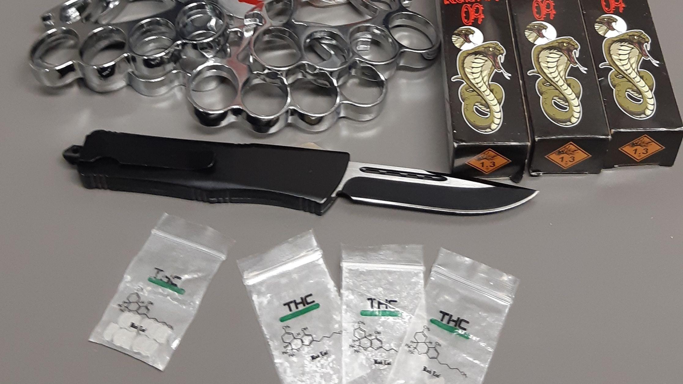 Diese Menge an Waffen und Rauschgift entdeckten Zivilfahnder der Bärnauer Bundespolizei bei vier jungen Männer aus Hessen während einer Kontrolle in Waldsassen
