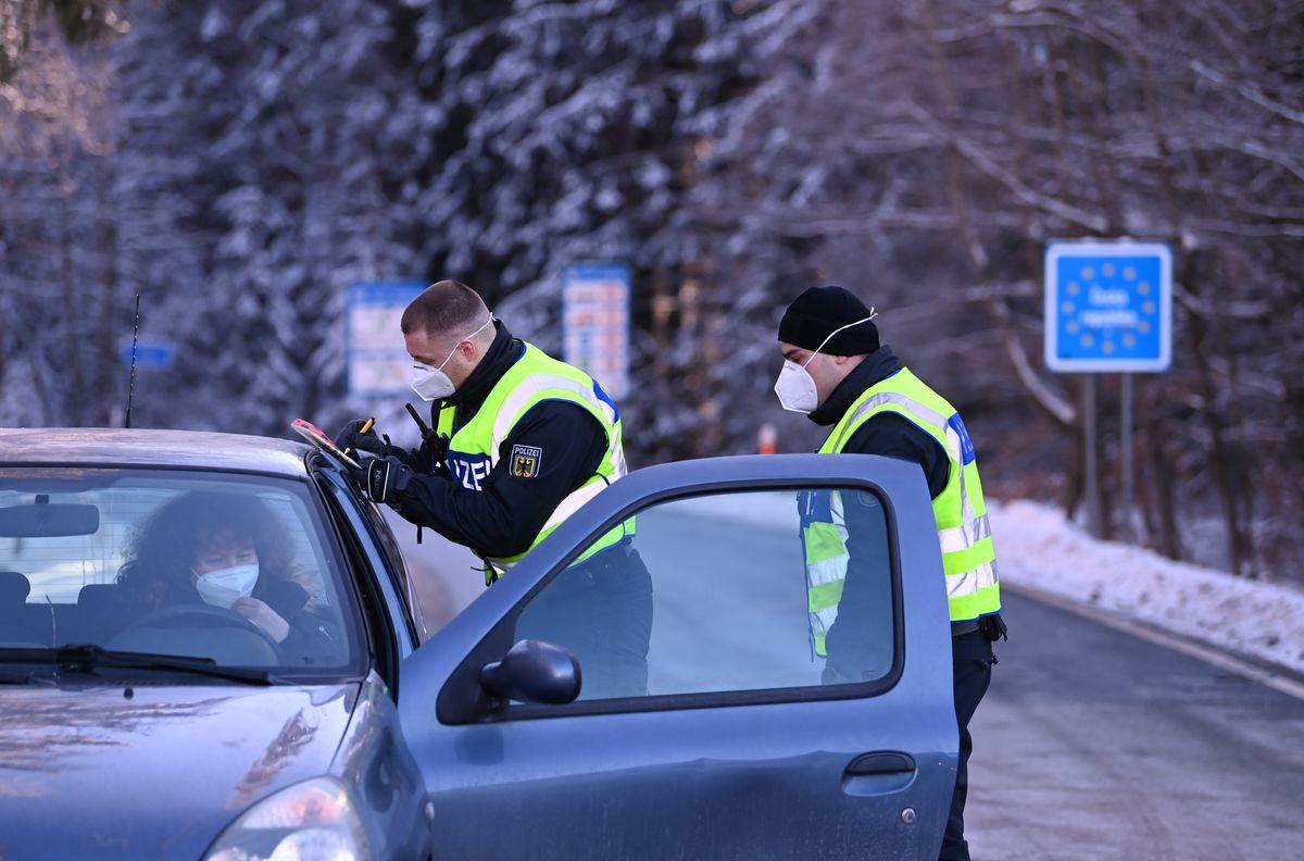 Bundespolizei kontrolliert Einreisende an der bayerisch-tschechischen Grenze bei Märching im Landkreis Tirschenreuth.