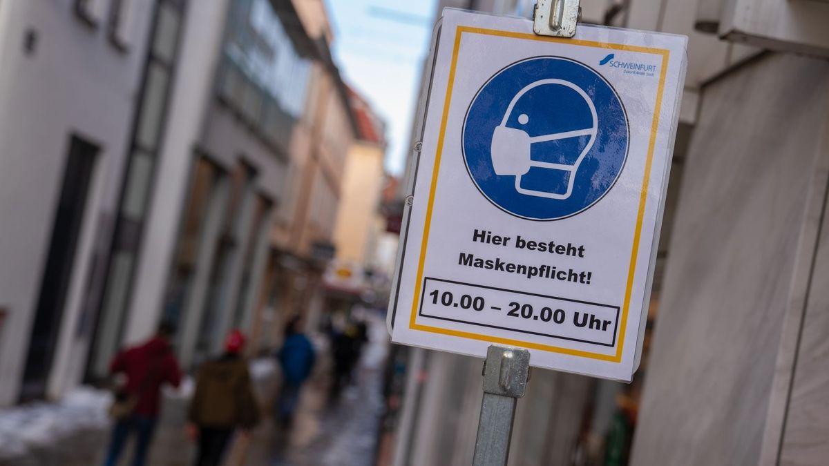 Ein Schild weist auf die Maskenpflicht in der Innenstadt von Schweinfurt hin.