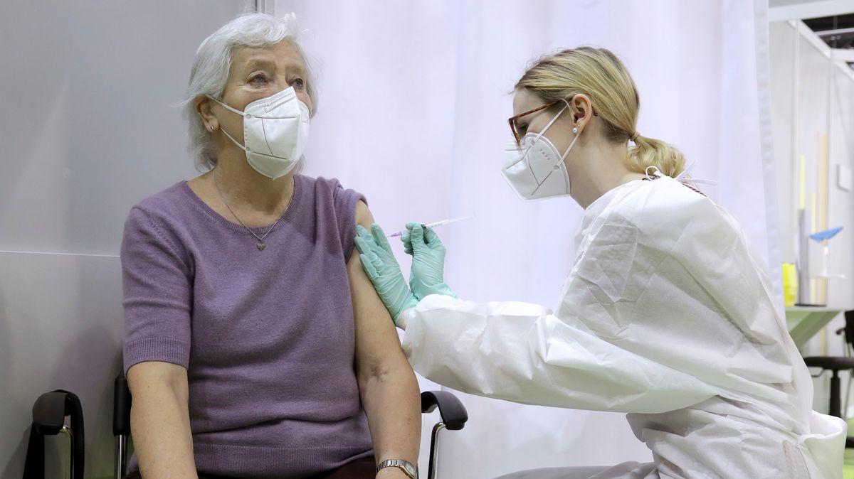 Corona-Impfung einer Seniorin (in Berlin)