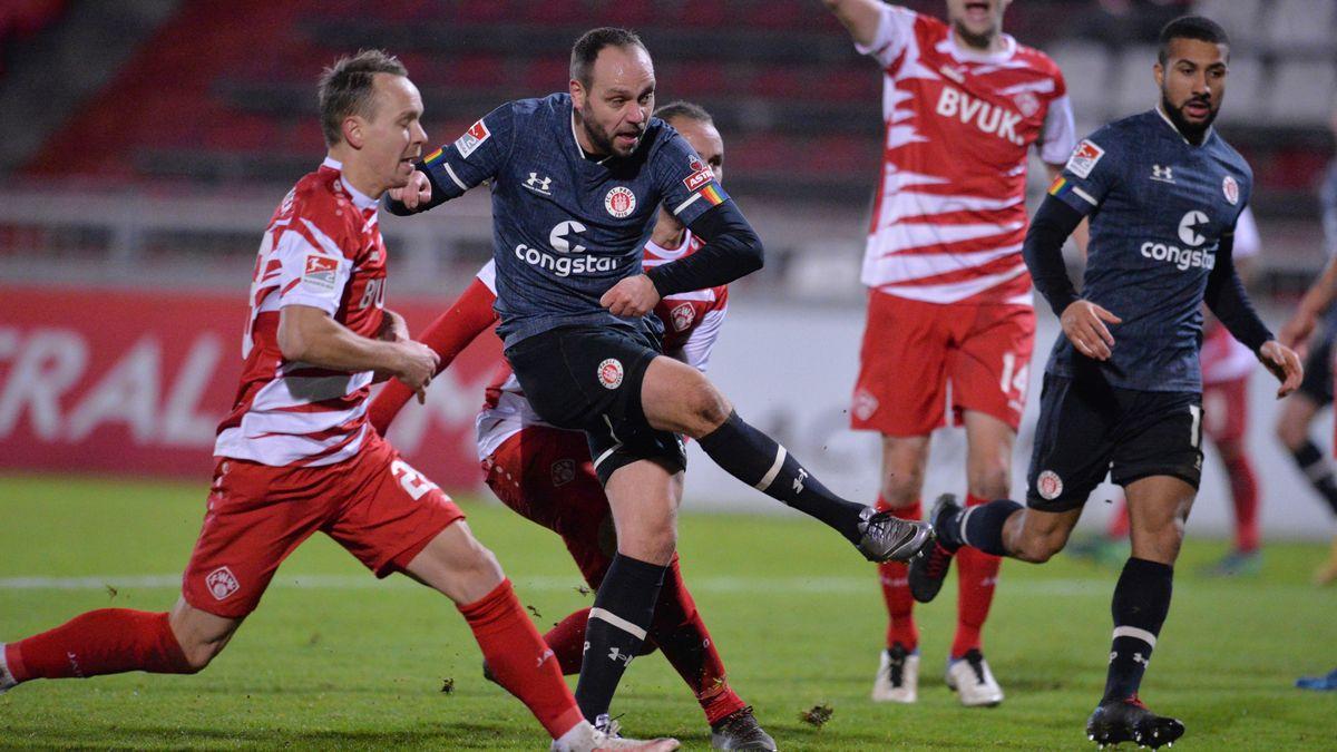 Rico Benatelli (M.) trifft in Würzburg zum 1:1-Ausgleich