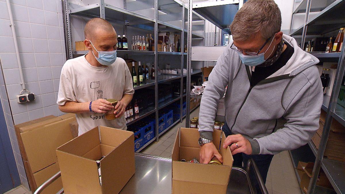Menschen mit Behinderung packen Schlemmerpakete für den virtuellen Rhöner Wurstmarkt