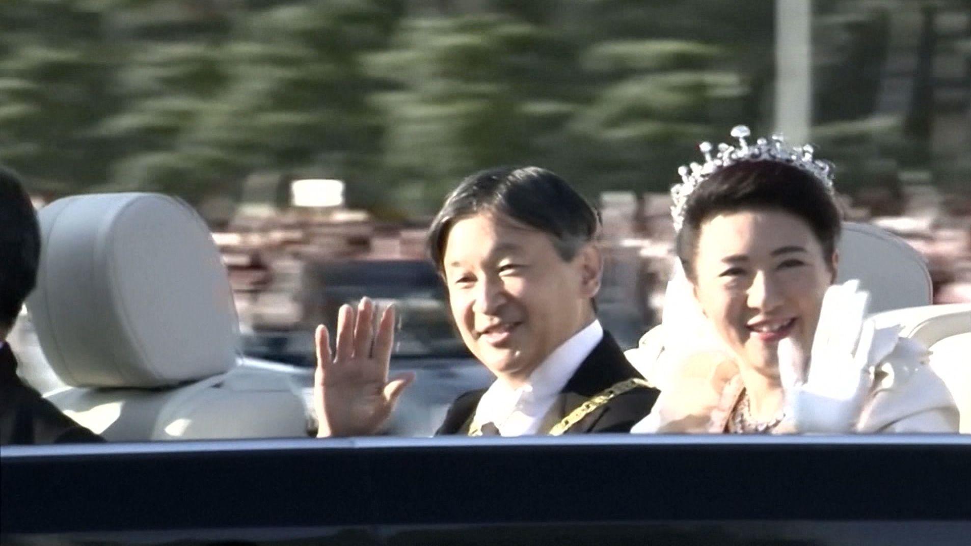 Kaiserpaar in Japan von der Menge gefeiert