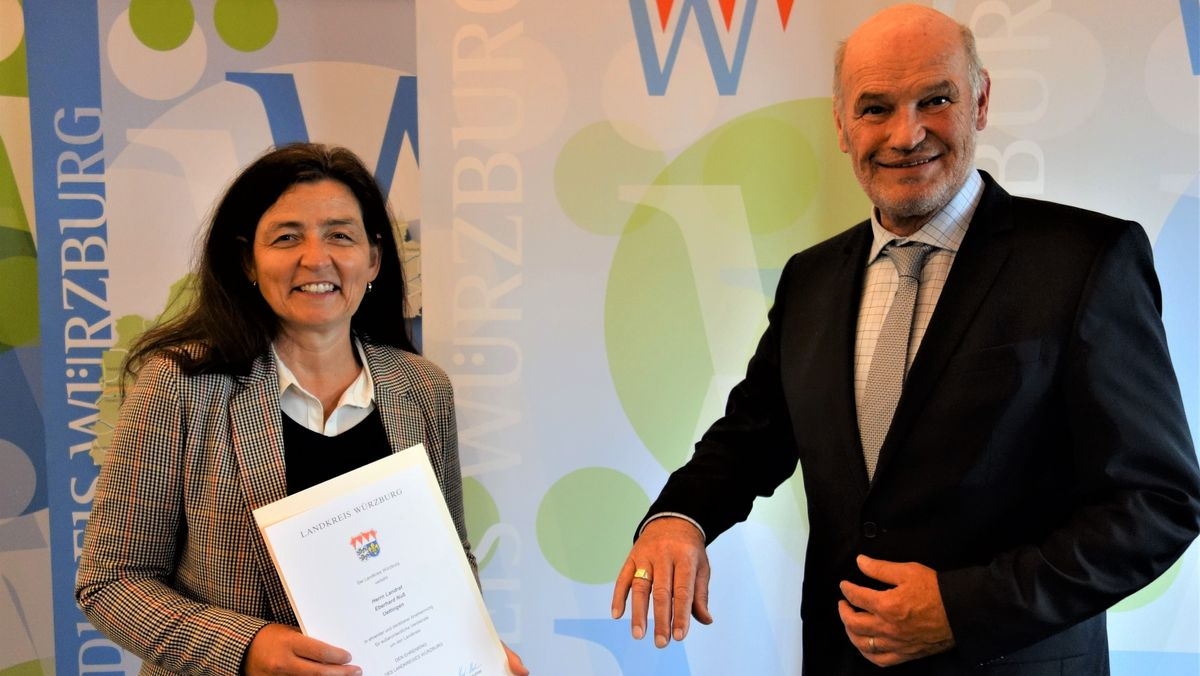 Die stellvertretende Landrätin Christine Haupt-Kreutzer (links) hat Landrat Eberhard Nuss (rechts) den Ehrenring des Landkreises Würzburg verliehen.