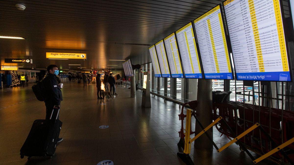 Anzeigetafeln mit den Abflügen am Flughafen Schiphol