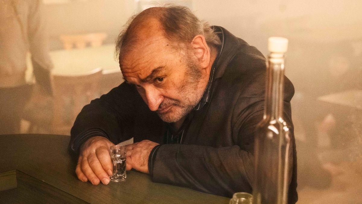 """Jörg Graser: """"Weißbier im Blut""""/ Sigi Zimmerschied sitzt mit Glas und Flasche am Tresen"""