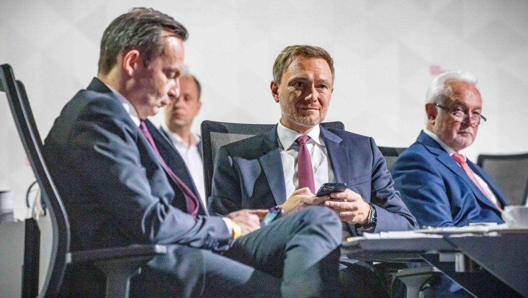 Christian Lindner, Fraktionsvorsitzender und Parteivorsitzender der FDP (M), verfolgt neben Volker Wissing, Generalsekretär der FDP (l), und Wolfgang Kubicki, stellvertretender FDP-Parteivorsitzender und Bundestagsvizepräsident beim Bundesparteitag der FDP die Debattenbeiträge