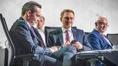 Christian Lindner, Fraktionsvorsitzender und Parteivorsitzender der FDP (M), verfolgt neben Volker Wissing, Generalsekretär der FDP (l), und Wolfgang Kubicki, stellvertretender FDP-Parteivorsitzender und Bundestagsvizepräsident beim Bundesparteitag der FDP die Debattenbeiträge | Bild:dpa-Bildfunk/Michael Kappeler