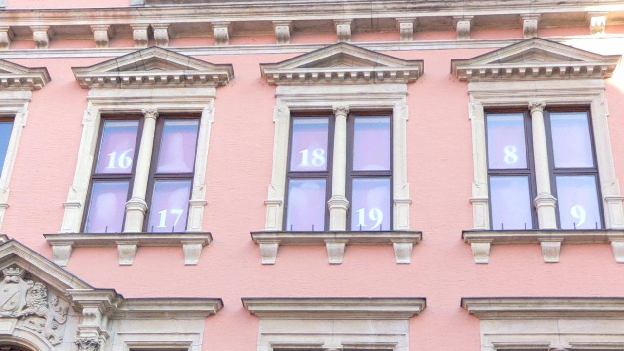 Das Rathaus in Kaufbeuren - in den Fenstern sind die Zahlen des Adventskalenders zu sehen