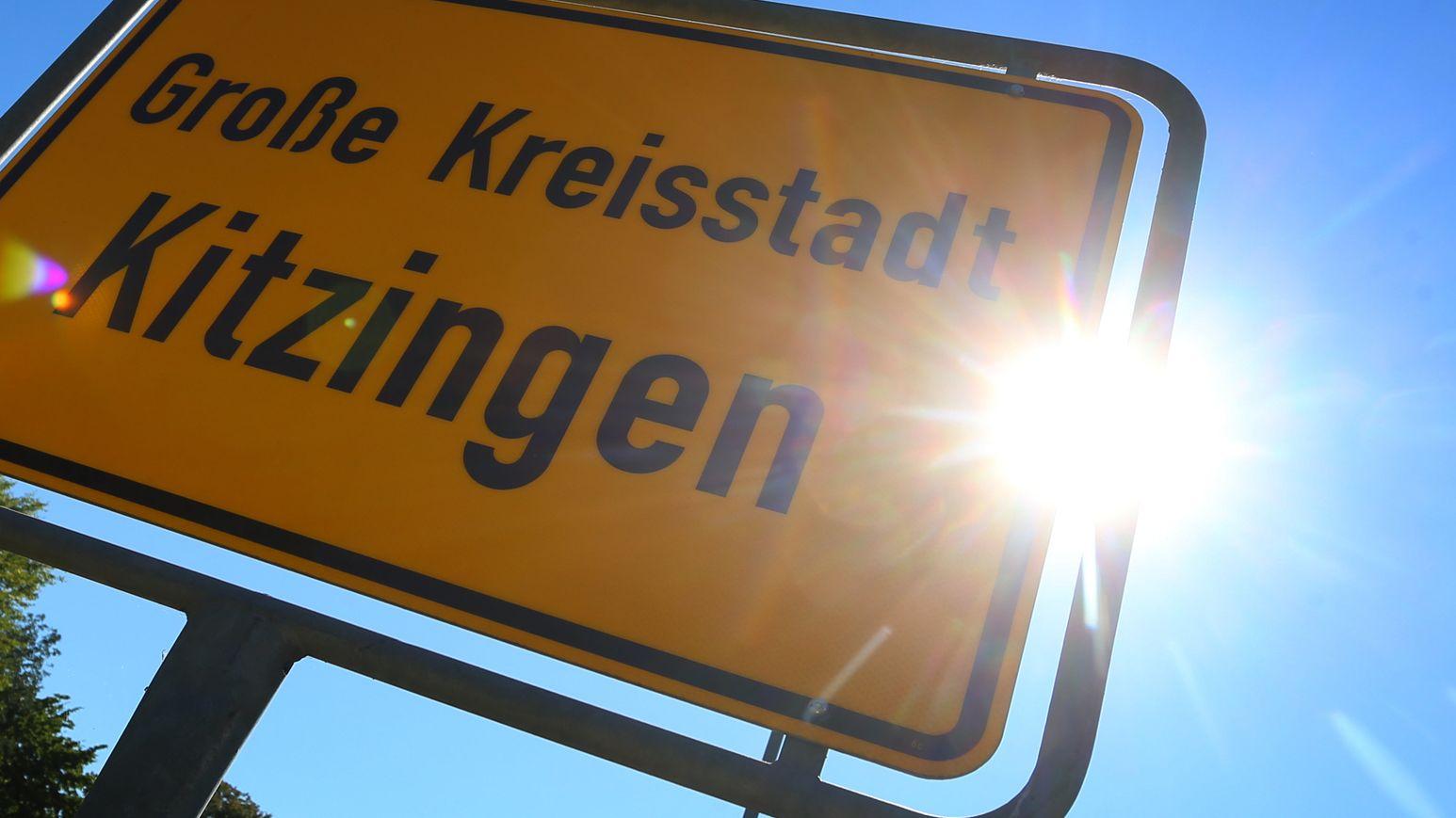 ayern, Kitzingen: Die Sonne steht hinter dem Ortsschild. Im bayerischen Kitzingen wurde 2015 mit 40,3 Grad der aktuell gültige deutsche Hitzerekord aufgestellt.