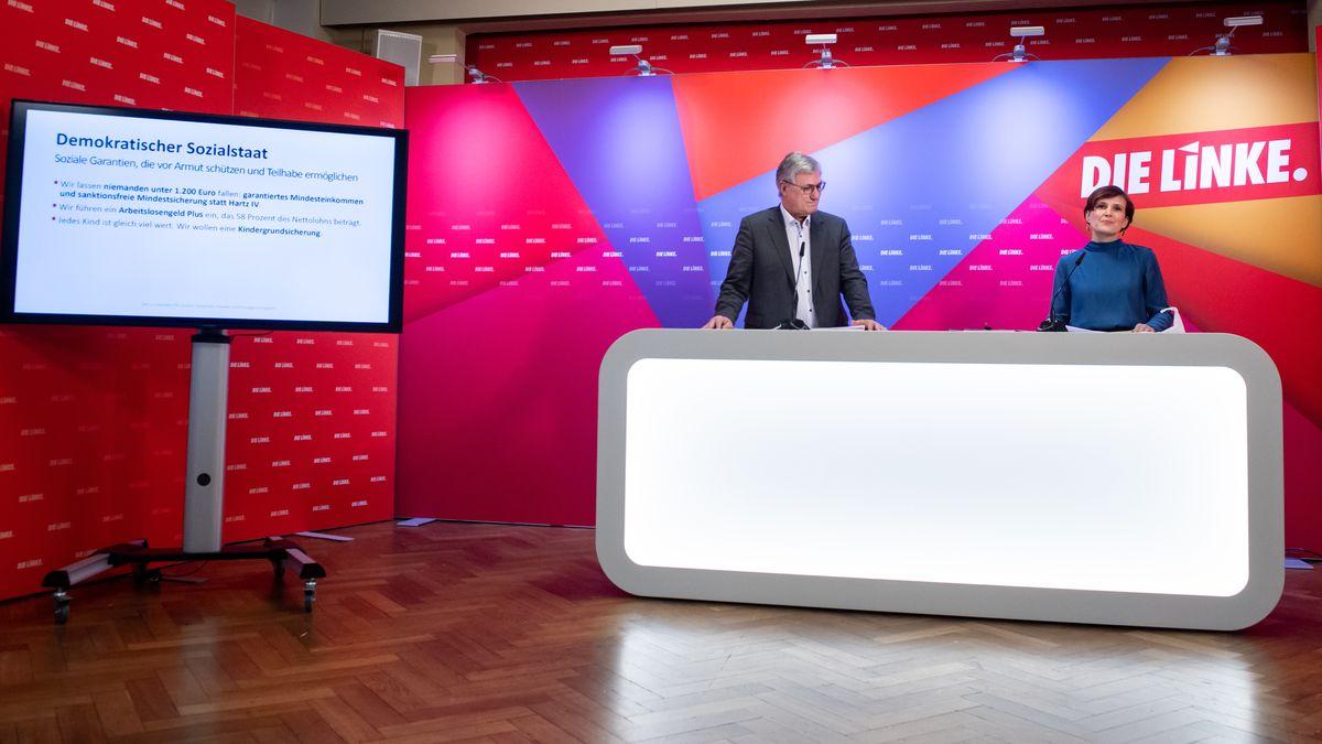 Bernd Riexinger (l) und Katja Kipping, Bundesvorsitzende der Partei Die Linke, stellen bei einer Pressekonferenz im Karl-Liebknecht-Haus den Entwurf des Wahlprogramms der Linken für die Bundestagswahl 2021 vor.