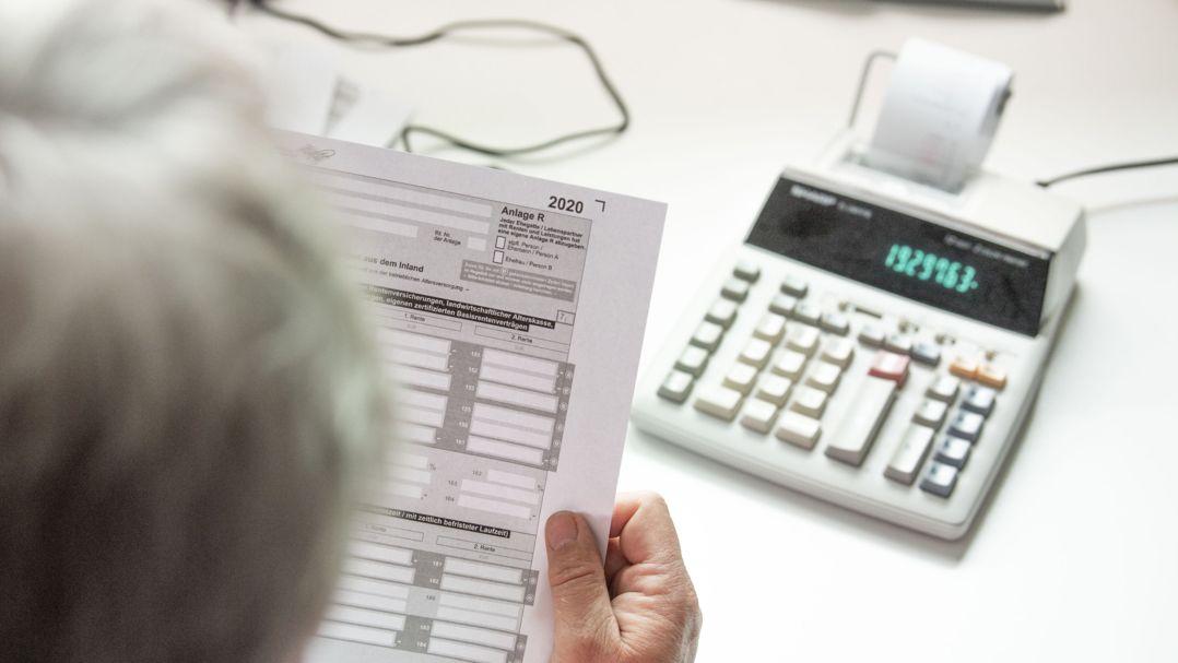 Eine Steuererklärung wird ausgefüllt