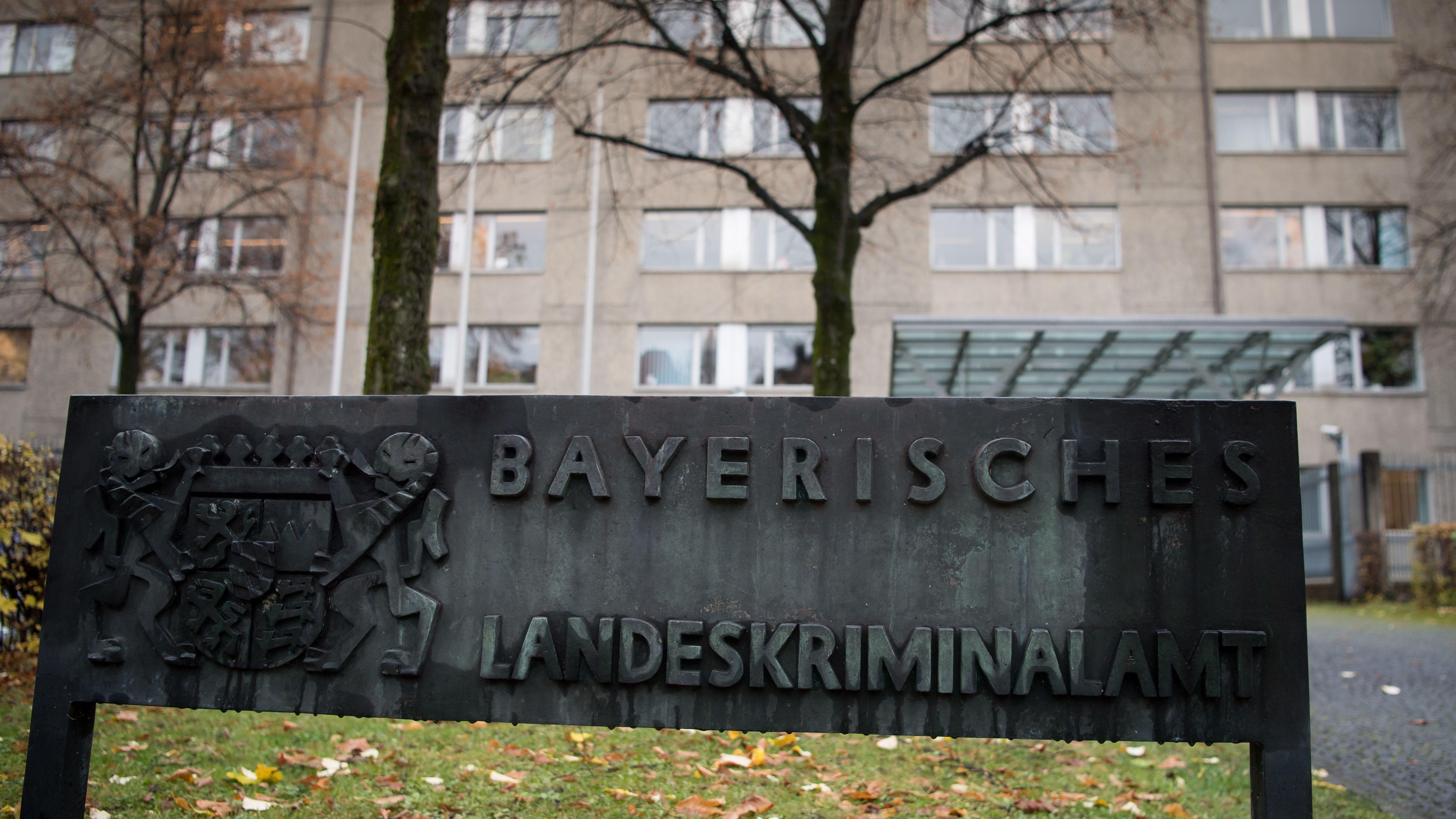 """Archiv: Ein Schild mit der Aufschrift """"Bayerisches Landeskriminalamt""""."""