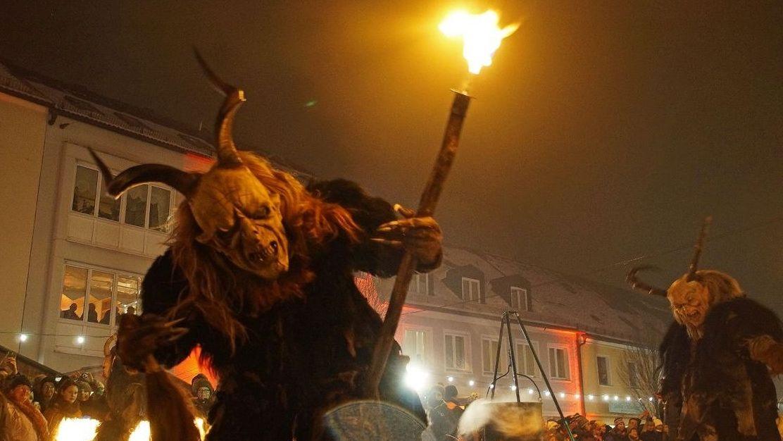 Rauhnacht in Beratzhausen: Perchten sorgen für Grusel