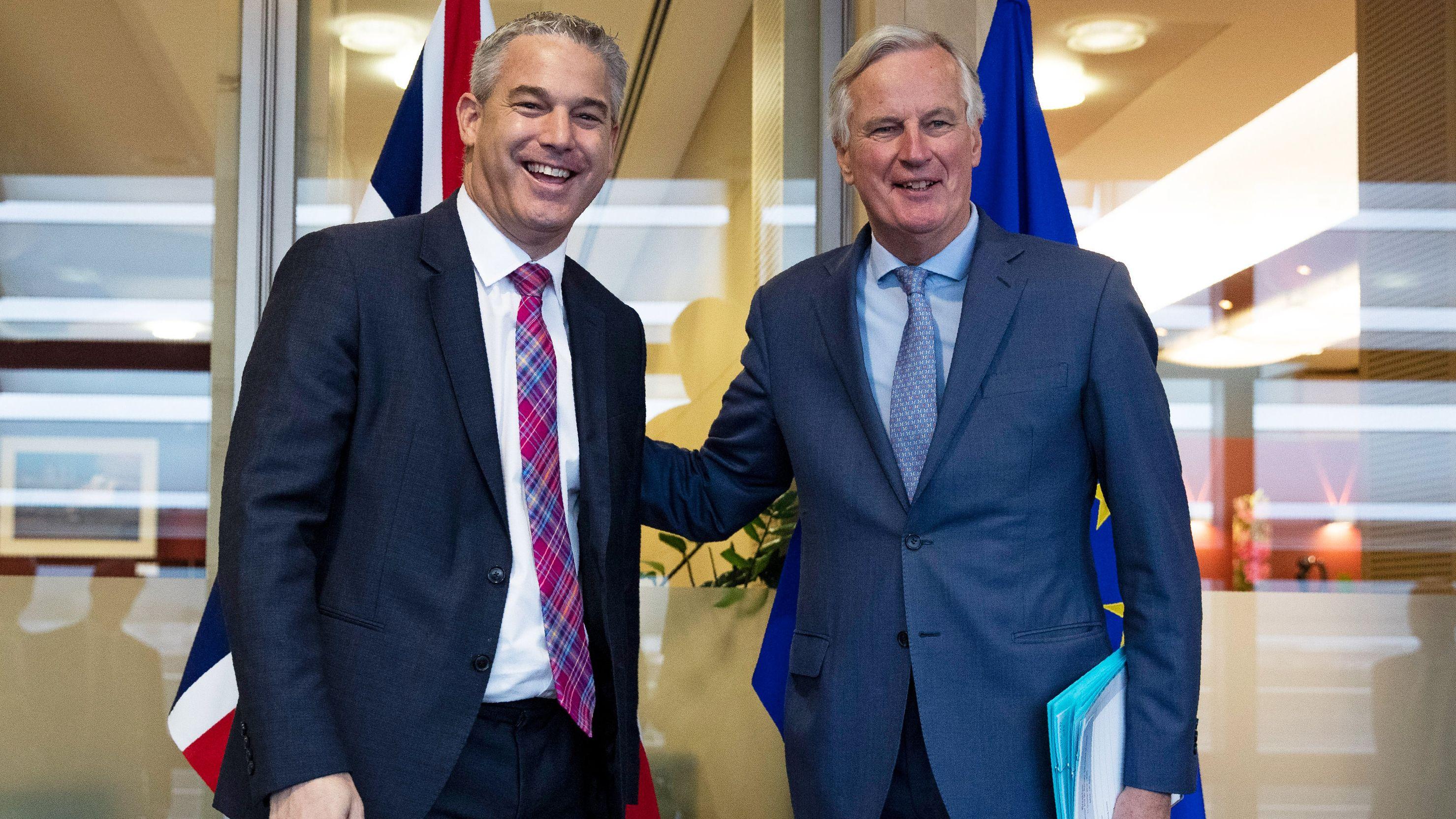 Stephen Barclay, Brexit-Minister von Großbritannien, und Michel Barnier, Chefunterhändler der EU für den Brexit, begrüßen sich.