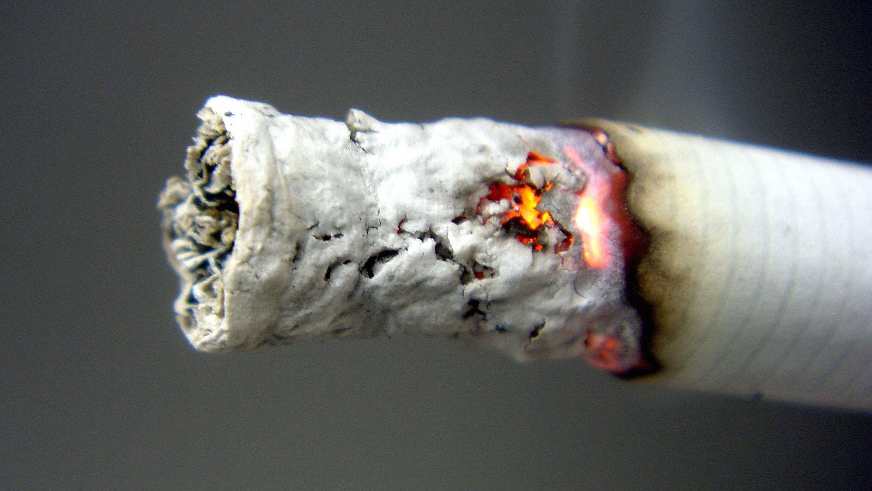 Eine brennende Zigarette (Symbolbild)