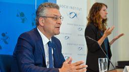 Der Leiter des deutschen Robert-Koch-Instituts (RKI), Lothar Wieler, spricht auf einer Pressekonferenz zur aktuellen Corona-Lage in Deutschland | Bild:picture alliance/Tobias Schwarz/AFP/Pool/dpa