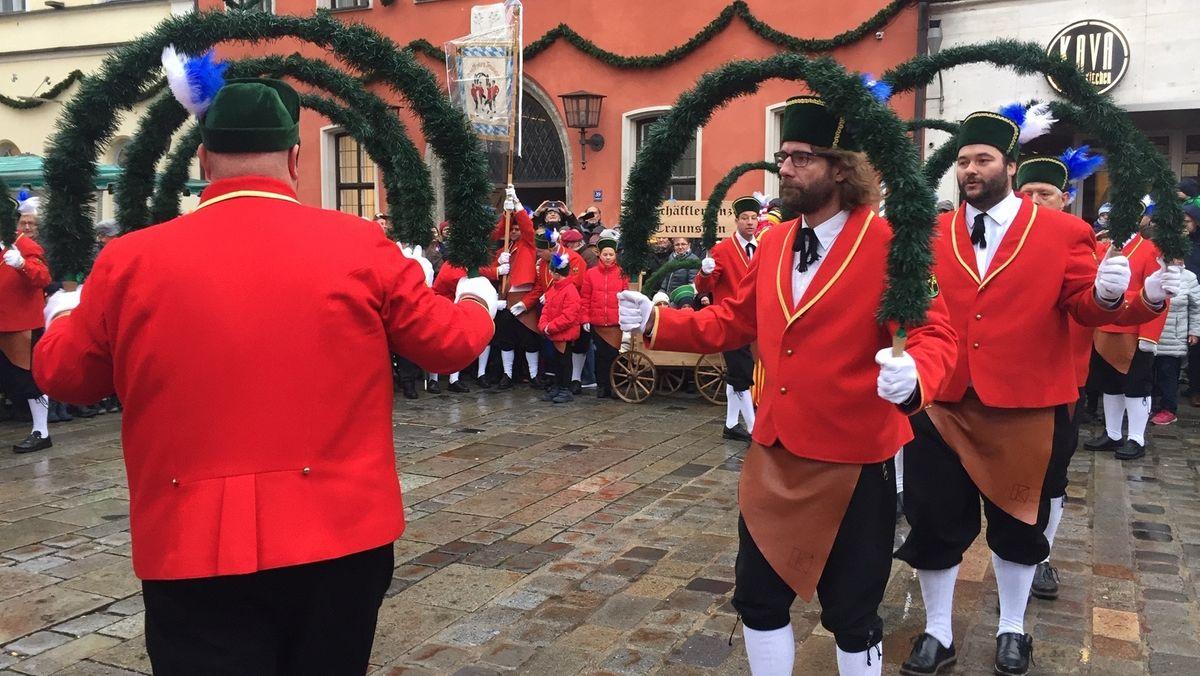 Die Schäffler tanzen am 4. Januar 2020 auf dem Traunsteiner Stadtplatz.