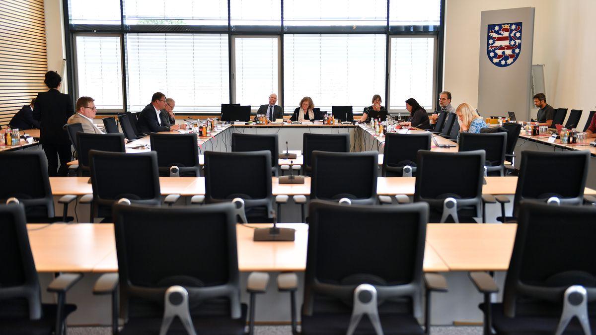 """Abgeordnete warten auf den Beginn der Sitzung des zweiten NSU-Untersuchungsausschusses """"Rechtsterrorismus und Behördenhandeln"""" im Thüringer Landtag"""