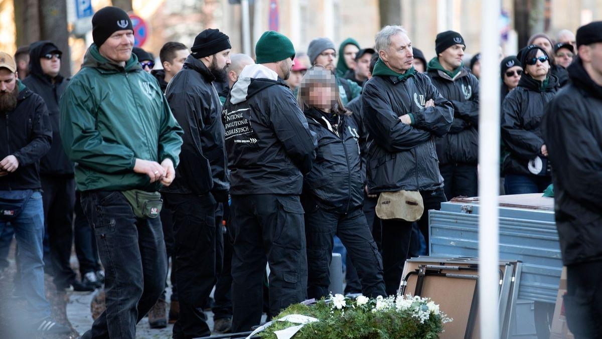 """Die mutmaßliche Rechtsterroristin Susanne G. (gepixelt) auf einer Kundgebung der Neonazi-Partei """"Der Dritte Weg"""""""