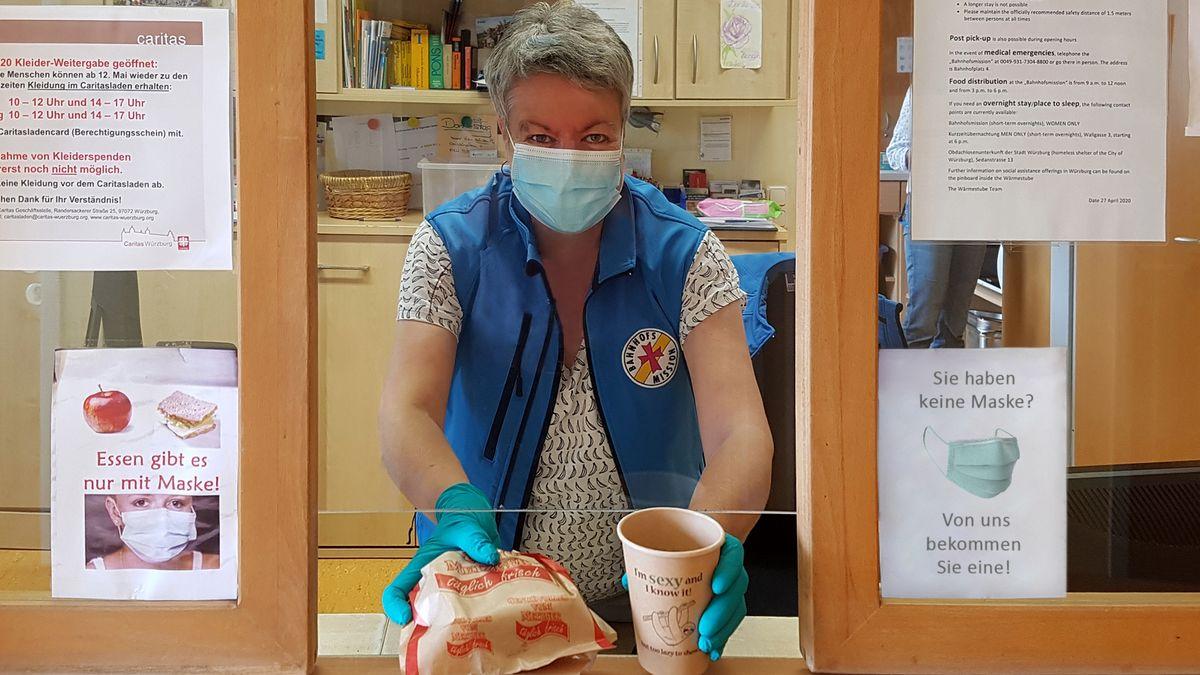 Lilian Stumpf, mitarbeiterin der Bahnhofsmission, gibt Lebensmittel aus.